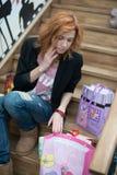 Belle fille s'asseyant sur les escaliers en bois Photographie stock libre de droits