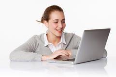 Belle fille 20s enthousiasmée de l'achat en ligne de la maison Photo libre de droits
