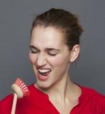 Belle fille 20s gaie pour le concept de nettoyage d'amusement Image stock