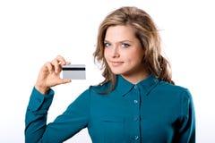 Belle fille sûre de sourire amicale montrant la carte de banque dans h photo stock