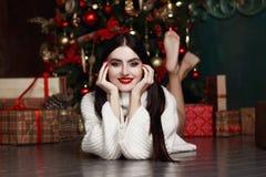 Belle fille se trouvant par l'arbre Cadeaux, nouvelle année Image stock