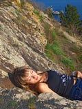 Belle fille se trouvant sur la montagne photographie stock
