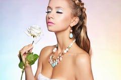Belle fille sensuelle avec la fleur rose photo libre de droits