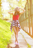 Belle fille sensuelle de hippie dans la pose urbaine de style Photographie stock