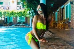 Belle fille sexy dans le bikini à la piscine dans l'hôtel Été v photo libre de droits