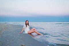 Belle fille sexy dans un maillot de bain et une tunique blancs Photo stock