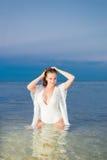 Belle fille sexy dans un maillot de bain et une tunique blancs Photo libre de droits