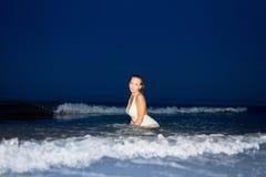 Belle fille sexy dans un maillot de bain et une tunique blancs Image libre de droits
