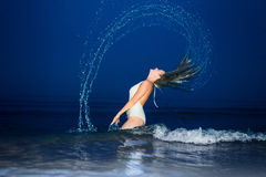 Belle fille sexy dans un maillot de bain et une tunique blancs Photographie stock