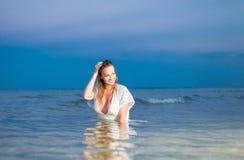 Belle fille sexy dans un maillot de bain et une tunique blancs Photographie stock libre de droits