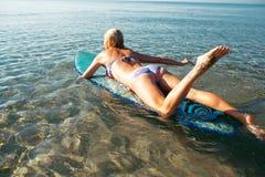 Belle fille sexy de surfer sur la plage Photos libres de droits