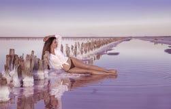 Belle fille sexy libre dans les vêtements de bain blancs posant sur la plage salée Photos stock