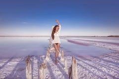 Belle fille sexy libre dans les vêtements de bain blancs posant sur la plage salée Photographie stock