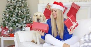 Belle fille sexy s'asseyant au temps de Noël sur le sofa Images libres de droits