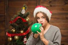 Belle fille soufflant un baloon Photographie stock libre de droits