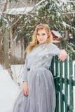 Belle fille sous les chutes de neige Photographie stock