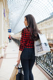 Belle fille sur des achats en Europe Photographie stock libre de droits