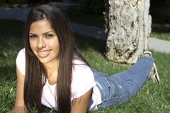 Belle fille sur l'herbe Photographie stock