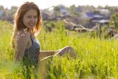 Belle fille sur la belle herbe verte Photo stock