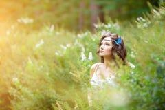 Belle fille sur la nature belle jeune fille à l'extérieur Appréciez H images libres de droits