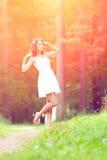 Belle fille sur la nature belle jeune fille à l'extérieur Appréciez H photographie stock