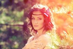 Belle fille sur la nature belle jeune fille à l'extérieur Appréciez H photos stock