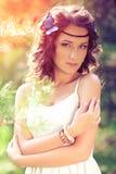 Belle fille sur la nature belle jeune fille à l'extérieur Appréciez H photo stock