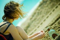 Belle fille sur la plage image libre de droits