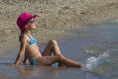 Belle fille sur la plage tropicale Images libres de droits