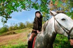 Belle fille sur la promenade de cheval dans la forêt Images libres de droits