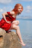 Belle fille sur la roche Photographie stock
