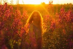 Belle fille sur le champ, contre-jour du soleil, lever de soleil Photographie stock libre de droits
