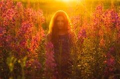 Belle fille sur le champ, contre-jour du soleil, lever de soleil Image libre de droits
