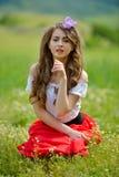 Belle fille sur le champ vert au printemps image libre de droits