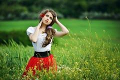 Belle fille sur le gisement de céréale au printemps Image libre de droits