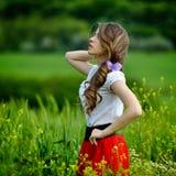 Belle fille sur le gisement de céréale au printemps photographie stock libre de droits