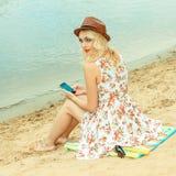 Belle fille sur le rivage Photographie stock