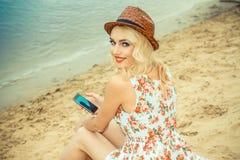 Belle fille sur le rivage Photo libre de droits
