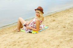 Belle fille sur le rivage Photographie stock libre de droits
