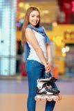 Belle fille sur le rollerdrome Photographie stock libre de droits