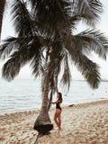 Belle fille sur le sable de plage, mer, samui de KOH photo stock