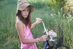 Belle fille sur le vélo images stock