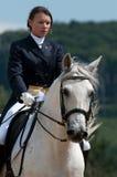 Belle fille sur un cheval blanc Image libre de droits