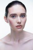 Belle fille sur un fond blanc Photographie stock libre de droits