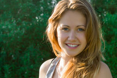 Belle fille sur un fond de forêt Photographie stock