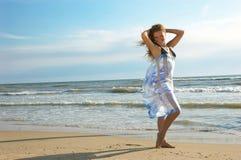 Belle fille sur une plage de mer Image stock
