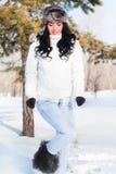Belle fille sur une promenade en stationnement de l'hiver, Photo libre de droits