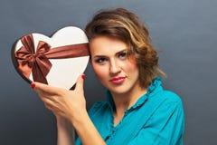Belle fille tenant le cadeau sous forme de coeur Photos stock
