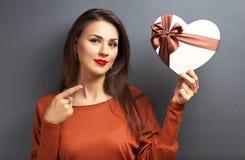 Belle fille tenant le cadeau sous la forme de coeur Photographie stock