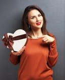 Belle fille tenant le cadeau sous la forme de coeur Images libres de droits